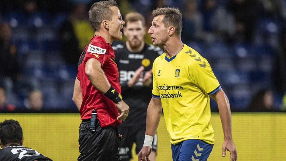 Dommer Morten Krogh og Brøndby-angriberen Kamil Wilczek (til højre) var ikke helt enige under søndagens opgør. Foto: Anders Kjærbye/Ritzau Scanpix