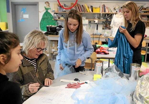 Der er travlhed i systuen. Her diskuterer lærer Marianne Nielsen et kostume med pigerne Margrethe (t.v.), Julie og Lærke (t.h.) Foto: Allan Mortensen Allan Mortensen
