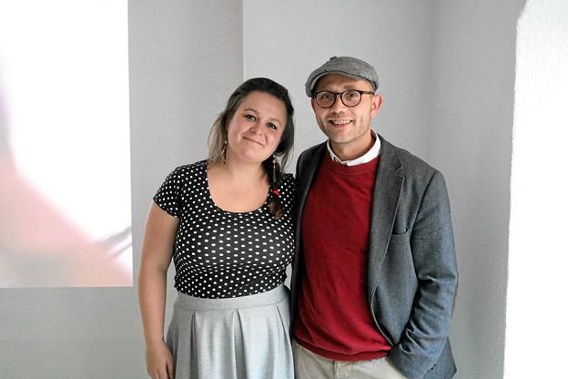 Det bliver Jeanette Rafn, der her ses sammen med sin mand Thomas Rafn, der bliver den drivende kraft i butikken med udstillinger, bibliotek og forlag.