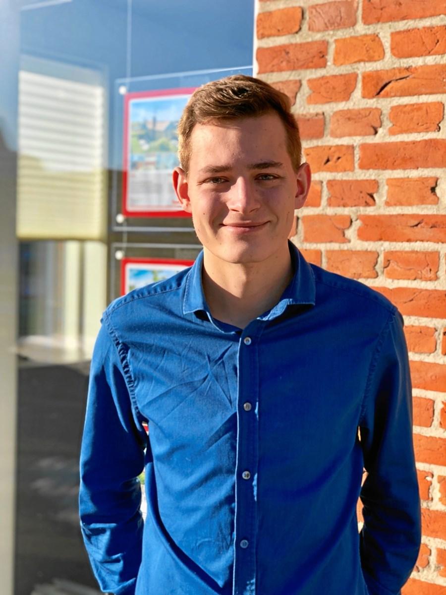 Mikkel smiler hver dag han går på arbejde