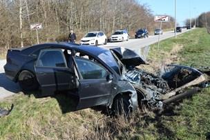 Trafikuheld: Bil smadret - fører løb væk
