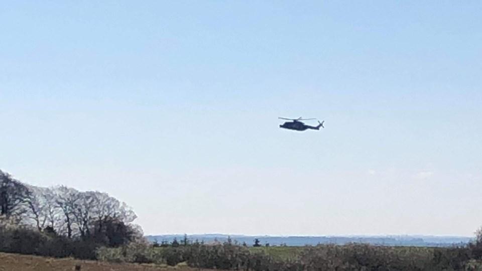 En redningshelikopter over Isefjord mandag. Helikopteren har været i luften for at lede efter en far og to børn, der tog ud at sejle søndag morgen. Mandag formiddag er en båd fundet ved Lynæs Havn, mens en mand er fundet druknet i nærheden.
