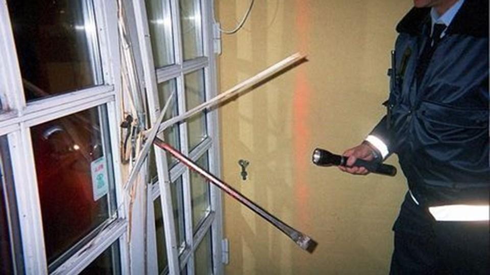Det lykkedes tyvene at begå indbrud ved højlys dag og med naboer til flere sider hjemme i deres huse.  Arkivfoto