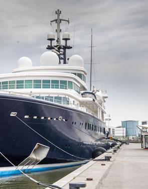Har du set den? En af verdens største yachts ligger ved Honnørkajen