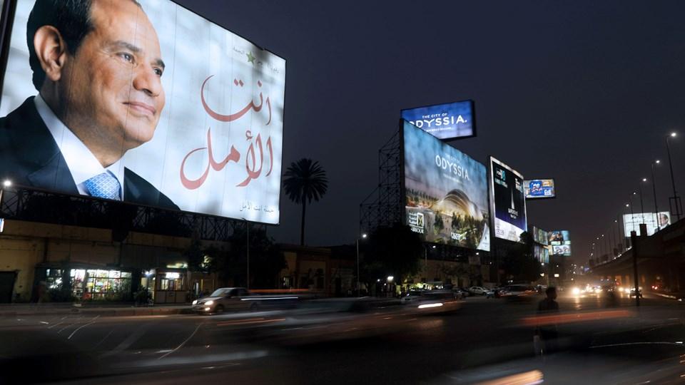 Valgplakat i Kairo med præsident Abdel Fattah al-Sisi som lørdag blev genindsat til ny fireårig periode. Foto: Ammar Awad/Reuters