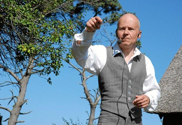 Lars Morell er ekspert i Asger Jorn, som han holder mange foredrag om som her på Læsø i Asger Jorns hus. Nu fortæller han om sit eget liv og sin venneskreds. Privatfoto.