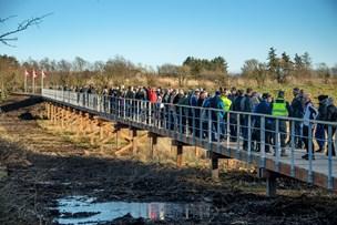 Hundredvis af borgere trampede ud på ny bro: Den kan klare et tryk på 2,5 ton pr. m2
