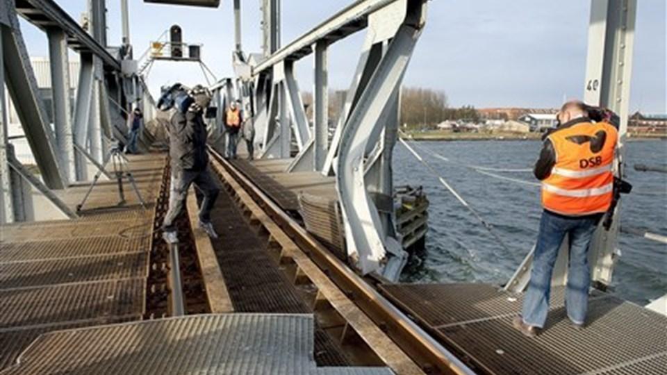 Bladt Industries fra Aalborg blev torsdag udpeget af Banedanmark til at udskifte broklappen og tage den tunge kontravægt ned fra jernbanebroen i Aalborg.  Arkivfoto: Lars Pauli.