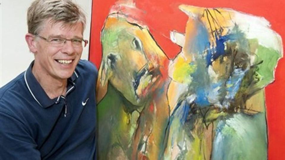 Bent Møller med et af sine malerier, som har været på en censureret udstilling. Foto: Henrik Louis