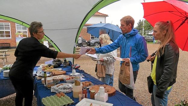 Der blev langet både smagsprøver og opskrifter over disken ved Råvaremarkedet på Vittrup Fri Fagskole. Foto: Kirsten Olsen