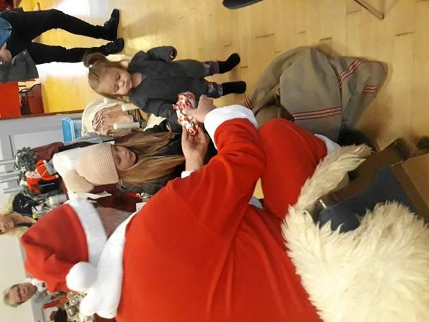 Nogle af de allermindste børn blev lidt bange for den store røde mand. Privatfoto