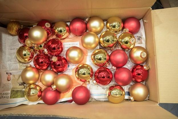 Der hænger et par tusinde julekugler på Løve Apoteket.
