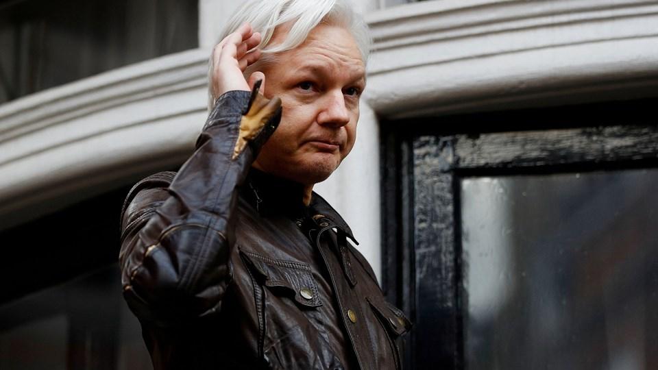 WikiLeaks-stifter Julian Assange på balkonen ved Ecuadors ambassade i London, hvor han har opholdt sig siden 2012. (Arkiv) Foto: Peter Nicholls/Reuters