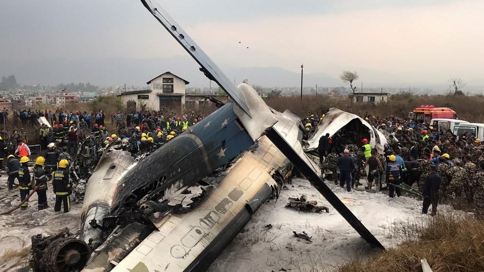 Resterne af flyet, som mandag er styrtet ned i den internationale lufthavn i Nepals hovedstad, Kathmandu. Foto: Reuters/Navesh Chitrakar