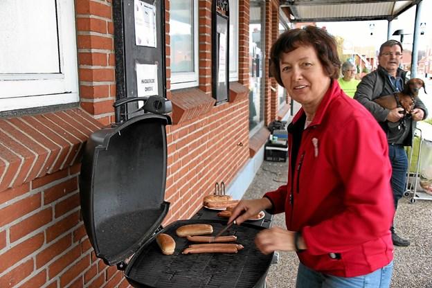 Irma Hedevang havde travlt med at grille pølser. Foto: Hans B. Henriksen