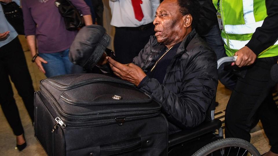 Fodboldlegenden Pelé ankom 9. april til Brasilien fra Frankrig. Mandag blev 78-årige Pelé udskrevet fra et hospital i São Paulo efter vellykket operation.