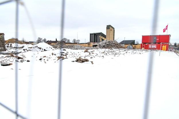 Det ny byggeri bliver genbo til Skalborg Kirke. Jørgen Rosenbeck ejede selv det tidligere kontor-byggerí på grunden. Det er nu jævnet med jorden. Foto: Torben Hansen