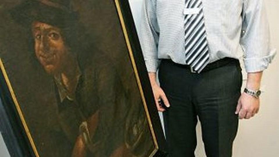 Filialdirektør Erik Ernst fra Nordea kan glæde sig over, at billedet af Peder Kræmmer nu er rent og fint, men der er endnu ikke taget stilling til, hvor det skal hænge. Nordea gav i sin tid 7.000 kr. til køb af billedet og har givet yderligere 10.000 kr. til restaureringen. Limfjordsmuseet har bidraget med yderligere godt 10.000 kr. til restaureringen. foto: Claus Søndberg