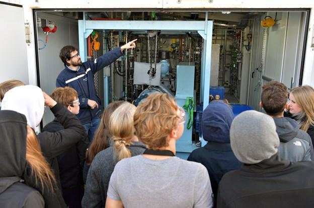 En 8. klasse fra Rosendalskolen besøgte brintfabrikken i Hobro som led i et nyt samarbejde mellem skole og erhvervsliv, der skal udbrede kendskabet til brint og grøn omstilling. ?Arkivfoto: Claus Søndberg Claus Søndberg