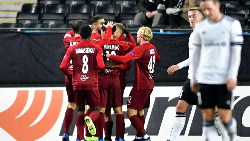 I forgrunden er det en sløret Mike Jensen, som hænger med hovedet efter Rosenborgs klare nederlag til Red Bull Salzburg.