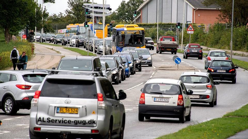 I krydset ved Sohngårdsholmsvej er der kun grønt i seks sekunder - det skaber alenlange køer, og skyldes at man er kommet til at grave nogle spoler over.  Foto: Lars Pauli