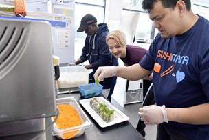 Hos Nathalie får alle en chance: Ledige lærer at lave sushi - selvom de aldrig før har kogt et riskorn