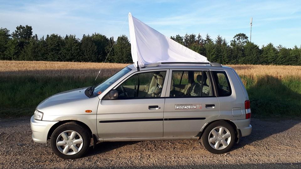 Frivillige hjælpere forskere med at kortlægge den danske insektbestand. Det sker med net, der spændes på taget af biler, som det vises her på billedet.