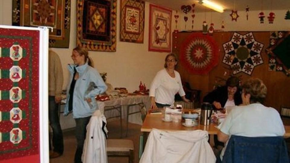Mange syinteresserede aflagde udstillingen i realskolen et besøg. PRIVATFOTO