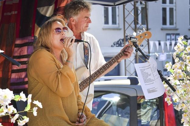 """""""Kvinden i buret"""" på scenen. Foto: Michael Koch"""