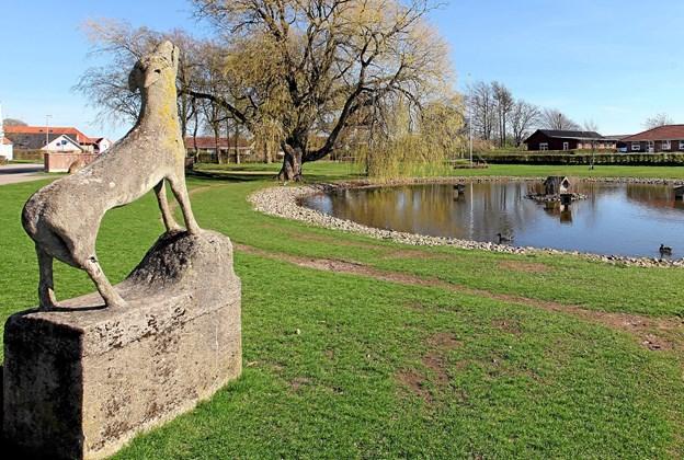 Ulven spiller en central rolle i lokalhistorien. Det vidner ulveskulpturen i Ulsted om. Onsdag 24. oktober kan man blive klogere på emnet ved et foredrag i Ulsted Konfirmandstue. Foto: Allan Mortensen