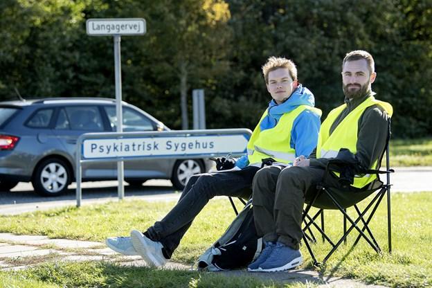Jannik Skov, til venstre, og studiekammeraten Emil Hostrup holdt et skarpt øje med bilerne.