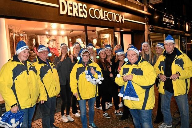 Natteravnene var også i julehumør - de delte blå nissehuer ud på J-Dag. Foto: Kurt Bering