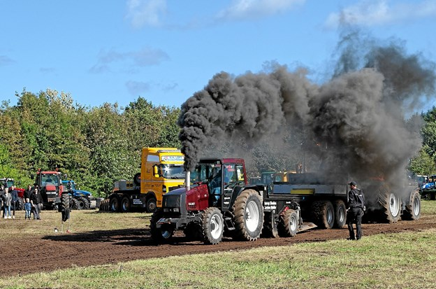 """I røg og damp blev der trukket mange tons. Alt efter traktorens størrelse blev der trukket mellem 10 og 22 tons frem til """"Full pull"""", der er lig med 100 meter. Foto: Niels Helver"""