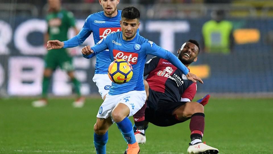 Joao Pedro, her i nærkamp med Napolis Lorenzo Insigne, er den anden Serie A-spiller i denne sæson, der har afleveret en positiv dopingprøve. Foto: Reuters/Alberto Lingria