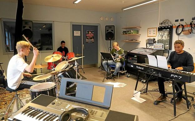 Musiklærer Themba Jansson øver her med tre drenge i musicalorkestret. Foto: Allan Mortensen Allan Mortensen