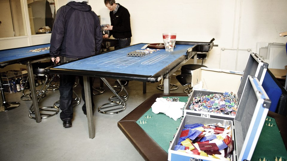 Det ulovlige kasino var blandt andet udstyret med to spilleborde, som politiet konfiskerede. Arkivfoto