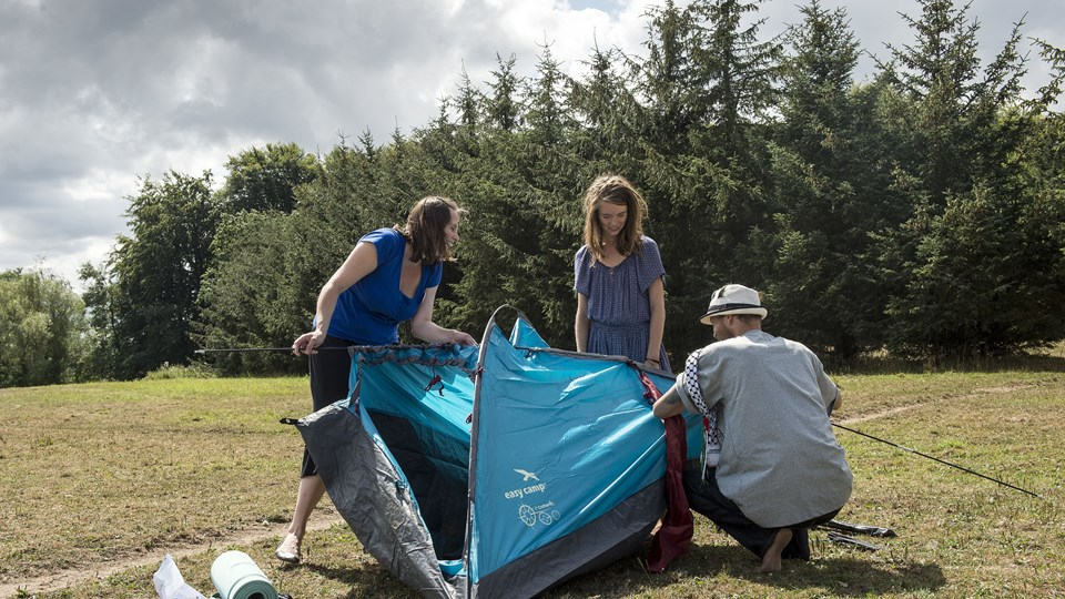 """Onsdag blev de første telte slået op i """"Total Protest""""-lejren, og siden er de blevet otte. Foto: Peter Broen"""