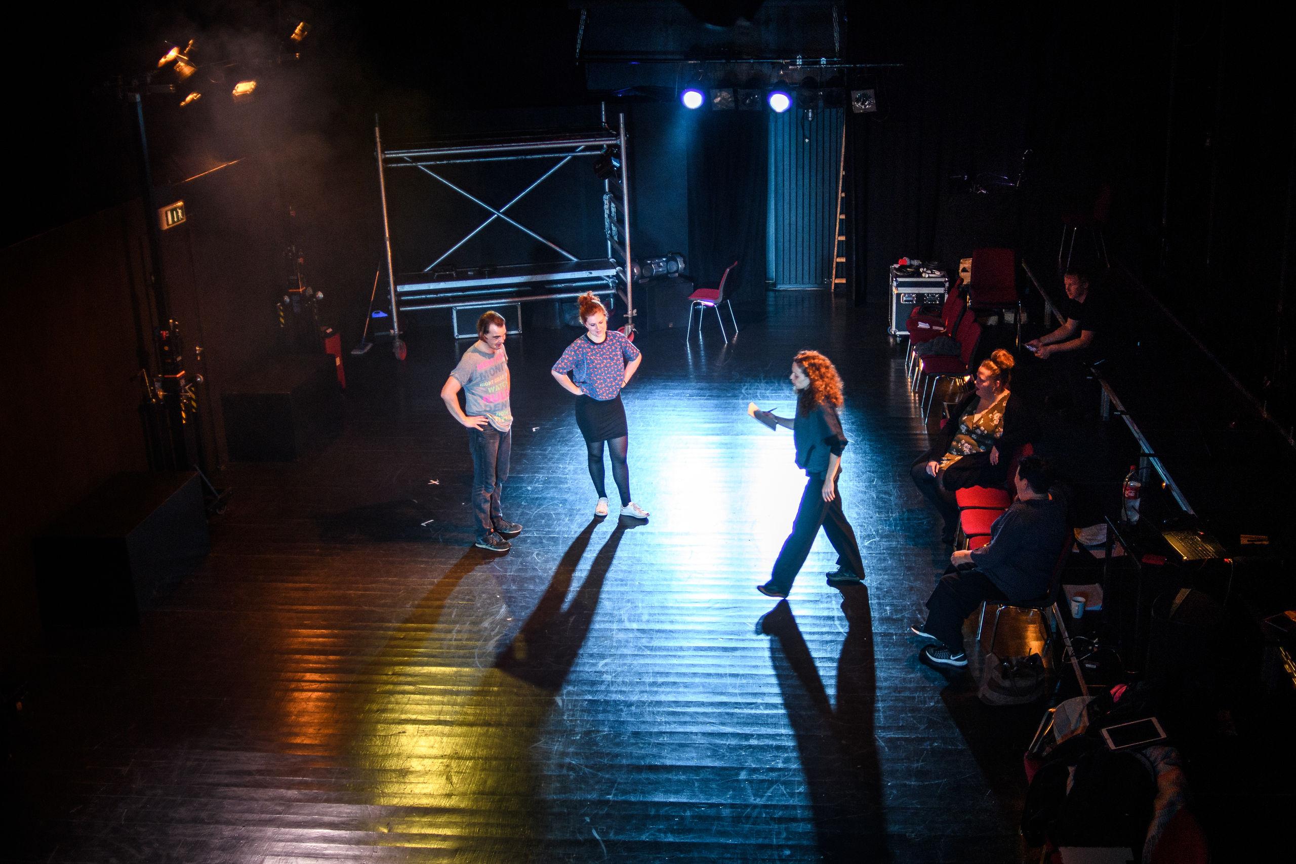 """Der øves koncentreret. Skuespillerne får god støtte af både stemme coach, professionelle musikere og en professionel instruktør, inden opførelsen af """"Det´os."""" Foto: Nicolas Cho Meier"""