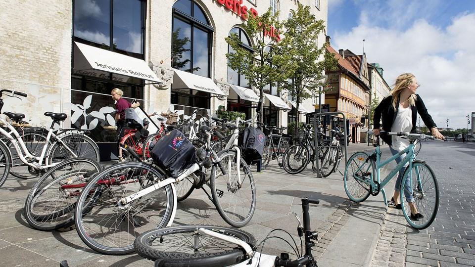 Cykelstativerne og rodet af væltede cykler foran Jensens Bøfhus er væk. Men de sløjfede parkeringspladser er endnu ikke blevet erstattet af nye, og det undrer flere. Arkivfoto: Torben Hansen