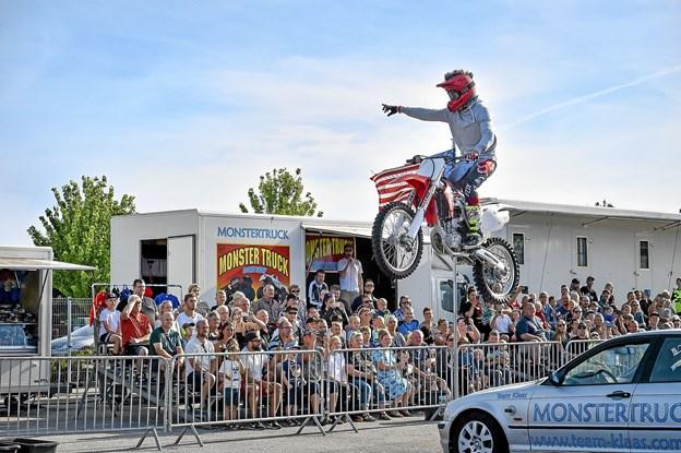 Til slut hopper de to unge stuntmænd henover svarende til ni parkerede BMW' er. Foto: Ole Iversen