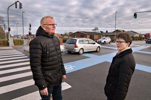Udsat vej i Frederikshavn: Her ramler biler ind i køkkenhaver, og lamper falder ned
