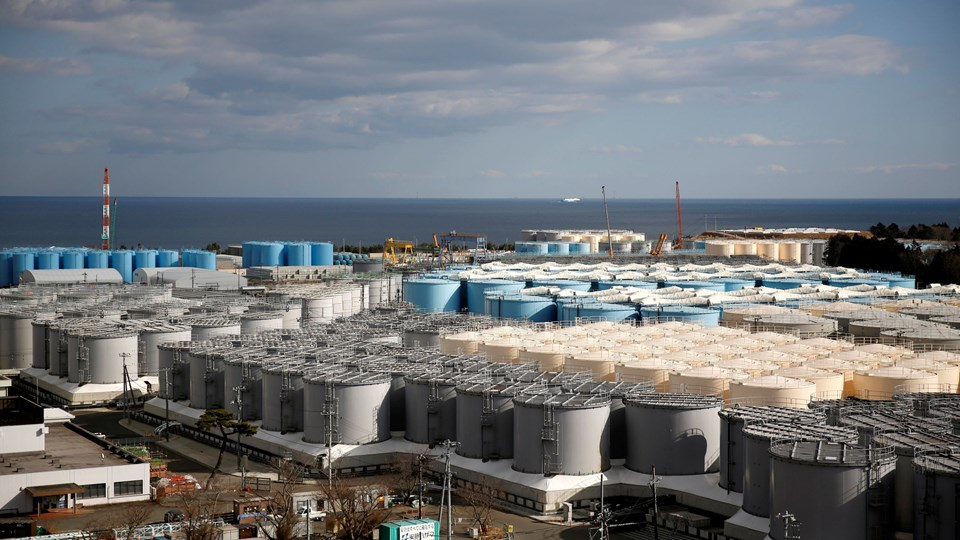 Vandet, der er forurenet med radioaktivt materiale, opbevares i øjeblikket i over 1000 vandtanke, der her ses nær kraftværket i februar. (Arkivfoto)