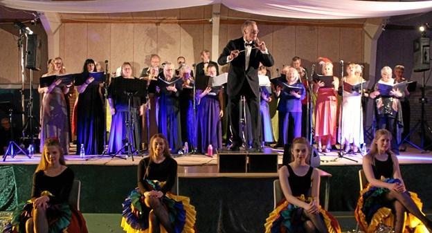 Kor og dansepiger fra nytårskoncerten sidste gang. foto: foto Iben Brejner Højgaard