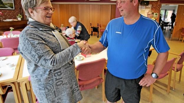 Formanden for Hjallerup Seniorer, Iris Svendsen, og formanden for '24 timer i Hjallerup', Johnni Olesen giver hinanden hånd på samarbejdet. Foto: Jørgen Ingvardsen