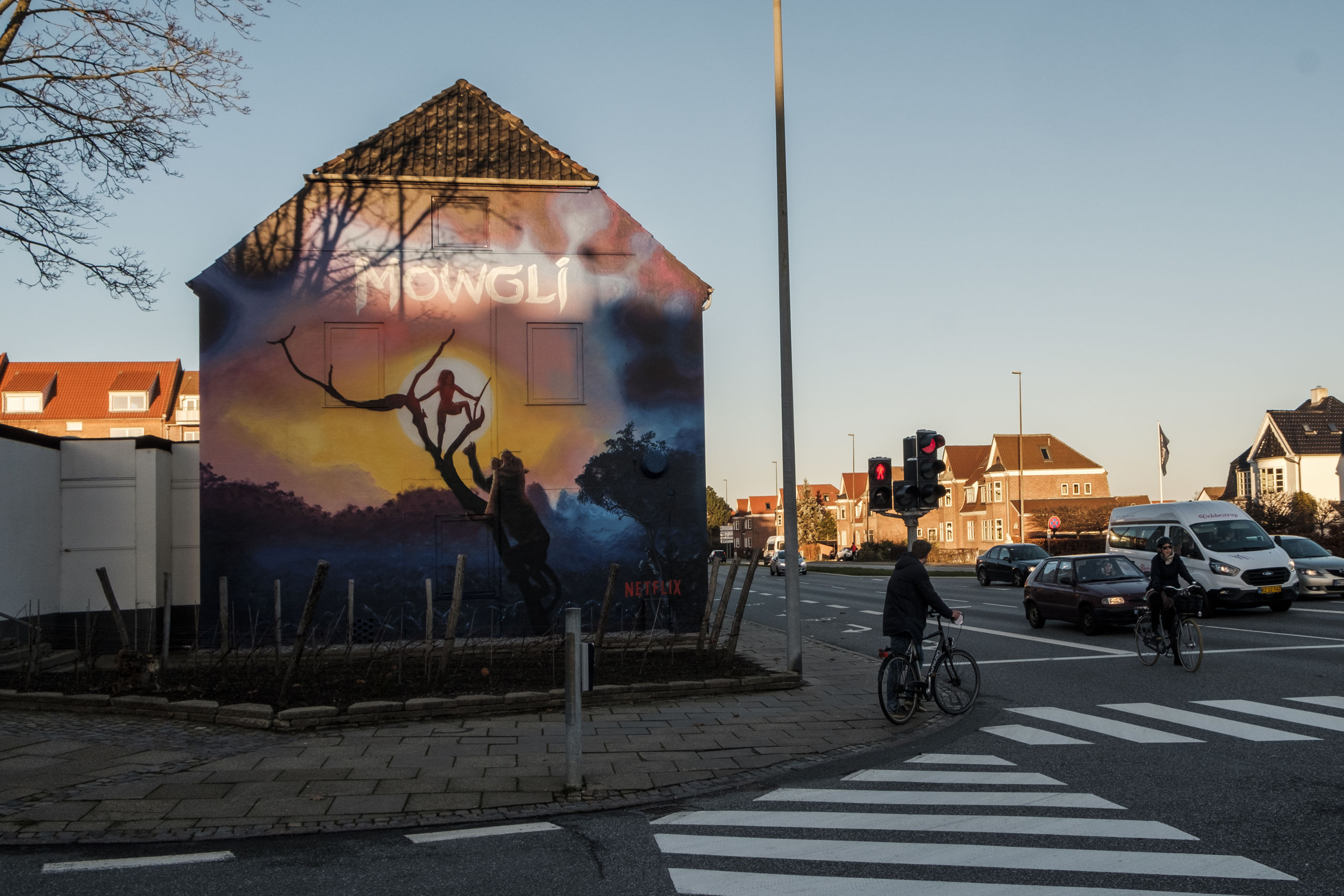 Det er ikke sådan at overse, det store vægmaleri på Vin & Vins gavl. Det kan ses de næste seks uger. Foto: Lasse Sand