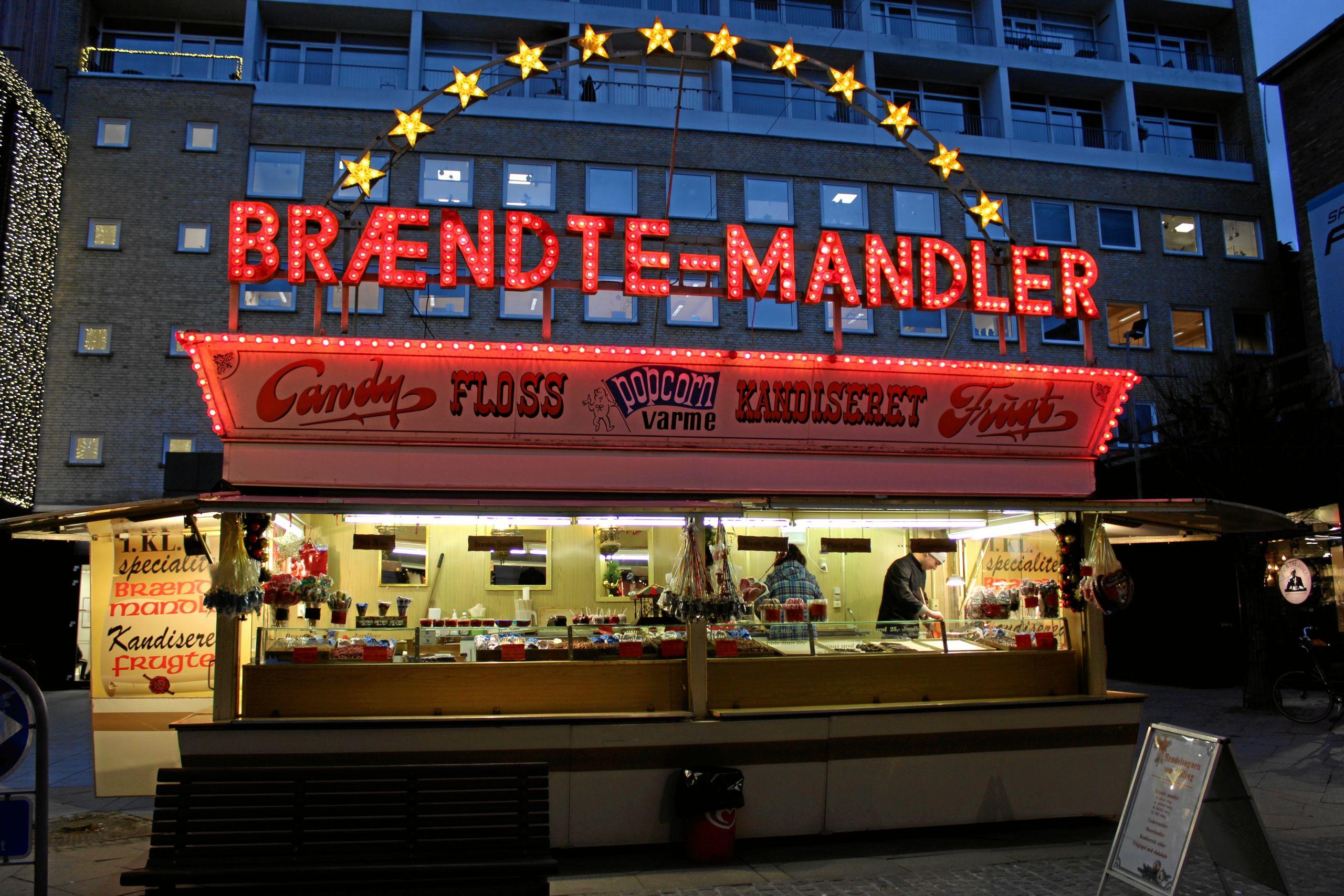 Brændte-Mandler-vognen har stået i Algade hver jul de seneste 40 år. Foto: Pauline Vink