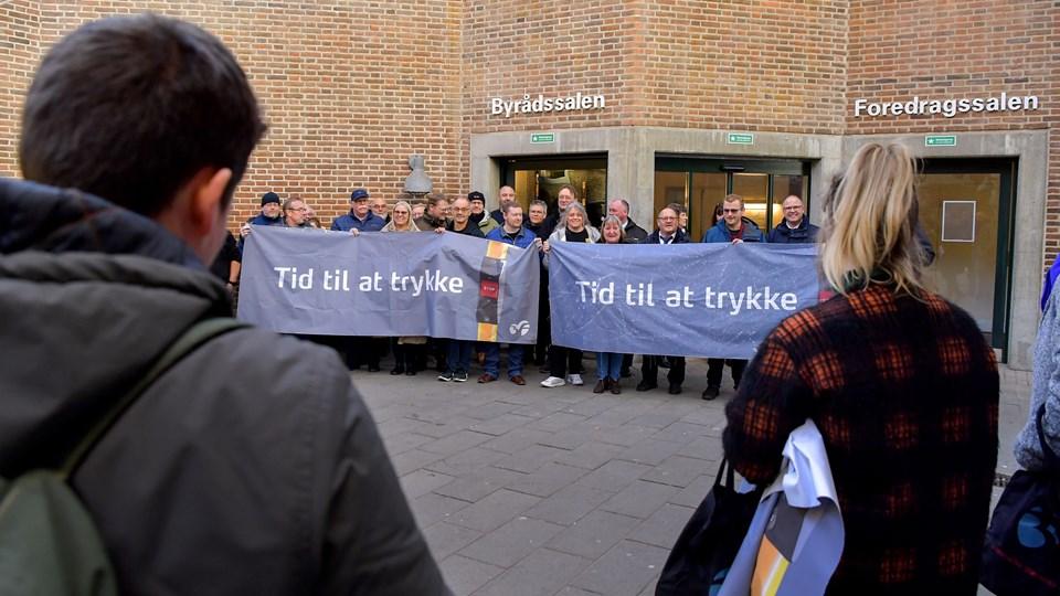 Ved indgangen til byrådssalen tog aalborgensiske buschauffører imod politikerne for at gøre opmærksomme på deres arbejdsvilkår.  Foto: Jesper Thomasen
