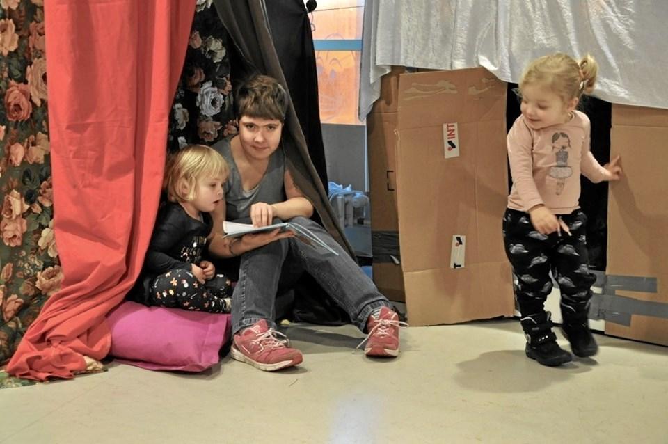 Elev Anna Simone Andersen, fra Pædagogik og Sundhed på KUU, læser for børnene. Privatfoto