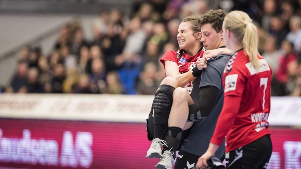 Team Esbjergs Maria Mose Vestergaard måtte bæres fra banen af fysioterapeut Jacob Dejgaard Jensen og Maibritt Kviesgaard under kampen mod FCM. Foto: Scanpix/Frank Cilius