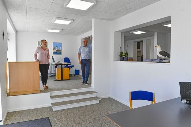 Lyse og nyistandsatte lokaler, med niveauforskel, som skaber et hyggelige miljø. Endnu mangler en del indretning før Ejendomsmæglerfirmaet Per Pedersen er på plads.Foto: Ole Iversen